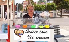 Un'immagine del carretto dei gelati personalizzato con le immagini ed i nomi degli sposi.