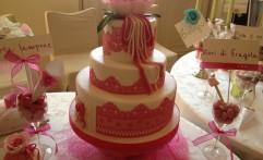 Wedding Cake con pizzo fucsia….interamente realizzata in pasta di zucchero. Un capolavoro!