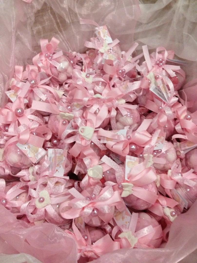 Segnaposto rosa con palline, realizzati nel periodo natalizio.