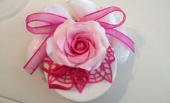 Rosa e pizzo in pasta di zucchero…con confetti. Raffinatissimo segnaposto.