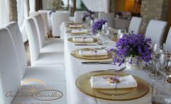 Oro e viola per decorare la tavola.