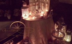 Un'incantevole tableau mariage illuminato dalle candele.