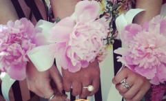 Braccialetti floreali per le testimoni.