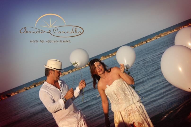 Il lancio dei palloncini per gli sposi.