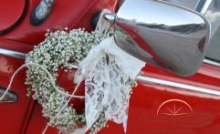 Corona di nebbiolina sull'auto della sposa.