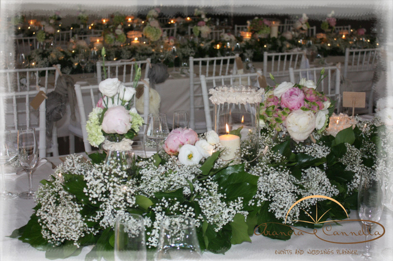 Deliziosi centrotavola con fiori e candele.
