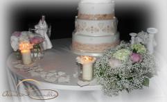 Dettagli romantici sul tavolo della torta.