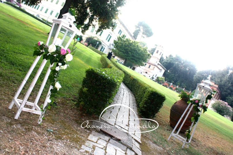 Lanterne addobbate all'entrata della villa.