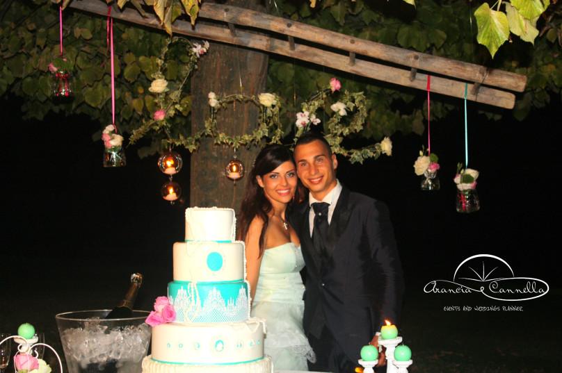 Gli sposi durante il taglio della torta.