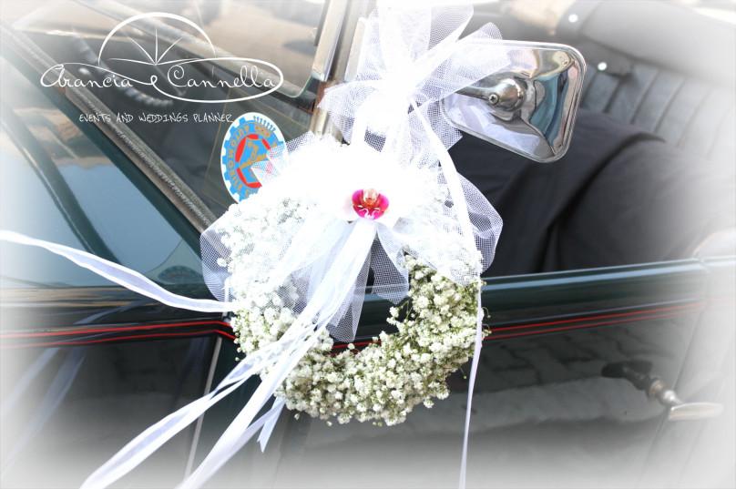 Corone di nebbiolina sulla macchina degli sposi.